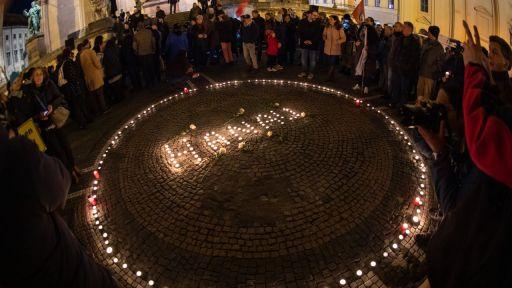 Passanten halten in München mit Kerzen eine Mahnwache für die Opfer von Hanau ab (Bild: dpa)   dpa