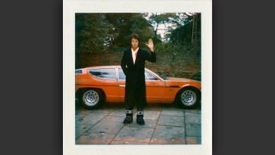 C/O Berlin | Linda McCartney: London, England, 1970s | Paul McCartney vor einem Lamborghini Espada © Paul McCartney/ Foto: Linda McCartney