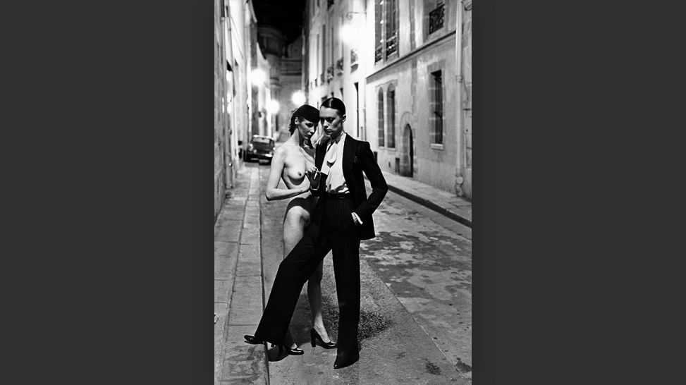 Helmut Newton – The Bad And The Beautiful | Rue Aubriot, Yves Saint Laurent, 1975 © Foto: Helmut Newton, Helmut Newton Estate / Courtesy Helmut Newton Foundation