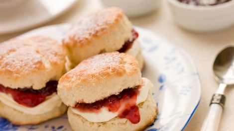 Scones, Tee, Clotted Cream und Marmelade; © Colourbox/Monkey Business Images