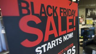 Ein Plakat zum Start des Black Fridays © imago images/ZUMA Press