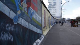 Blick auf die East Side Gallery in Berlin (Quelle: imago/STPP)