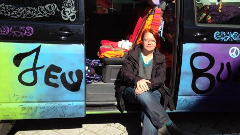 Anna Adam und ihr Happy Hippie Jew Bus (Quelle: rbb/Petra Aldenrath)