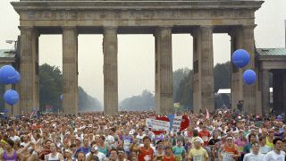 Die Marathonläufer am Brandenburger Tor 1990 (Quelle:dpa)