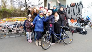 "Die Gruppe ""Cycling lessons for ladies in Berlin"" im Park am Gleisdreieck (Quelle: rbb/Andrea Marshall)"