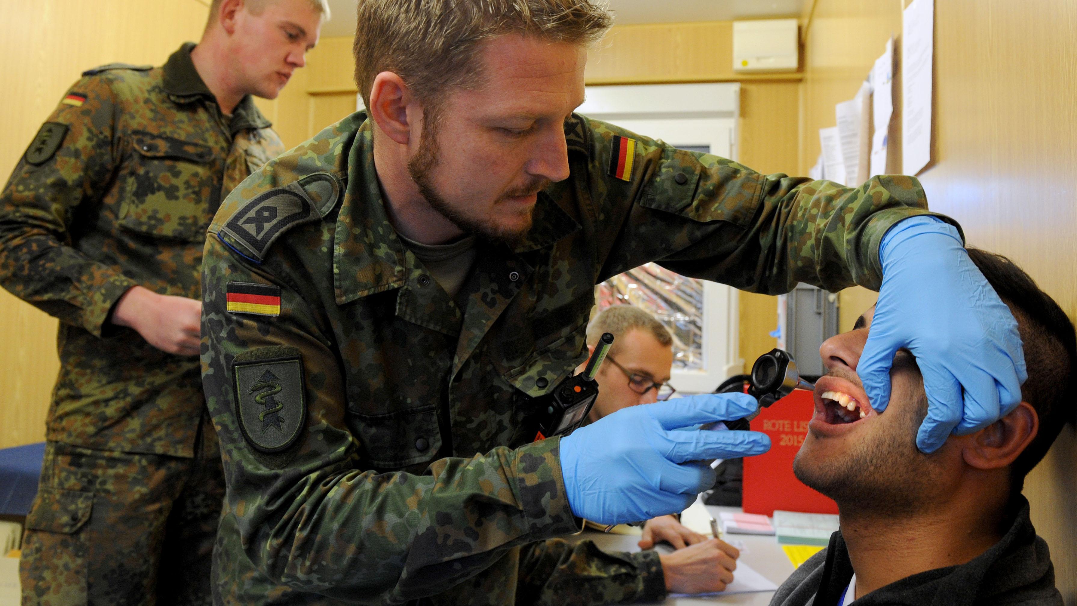 Sanitäter logo bundeswehr  Bundeswehr will sich aus Flüchtlingshilfe zurückziehen | rbb ...