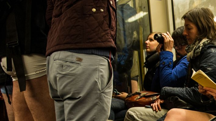 "Teilnehmer des ""No Pants Subway Ride 2016"" in Berlin (Quelle: dpa / Paul Zinken)"