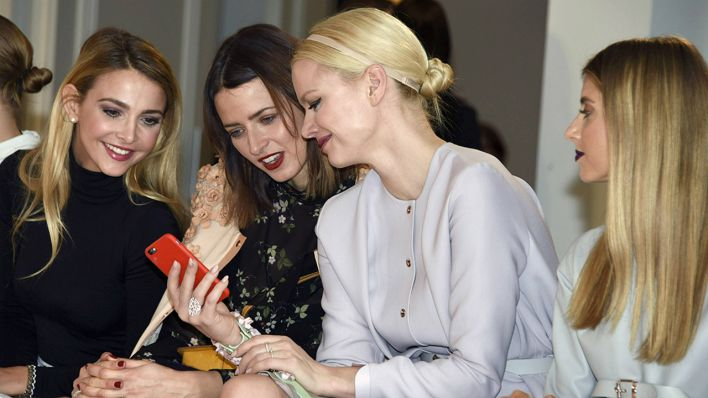 Sophie Hermann, Eva Padberg, Franziska Knuppe und Cathy Hummels bei der Marina Hoermanseder Fashion Show auf der Mercedes-Benz Fashion Week Berlin Autumn/Winter 2016 (Quelle: imago/Future Image)