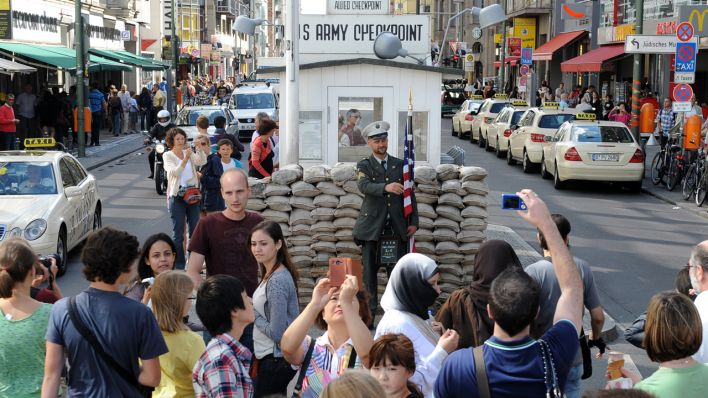 Tourists am Checkpoint Charlie in Berlin (Quelle: dpa)