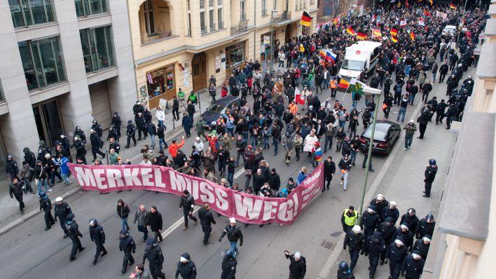 """Teilnehmer einer rechtspopulistischen Anti-Flüchtlings-Kundgebung demonstrieren am 12.03.2016 in Berkub mit einem """"Merkel muss weg""""-Transparent. (Quelle: dpa)"""