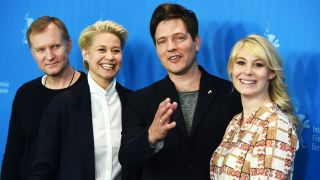 66. Internationale Filmfestspiele Berlin, 17.02.2016, Fototermin «Kollektivet» («The Commune»): Schauspieler Ulrich Thomsen (l-r) und Trine Dyrholm, Regisseur Thomas Vinterberg und Schauspielerin Helene Reingaard Neumann (Quelle: dpa)