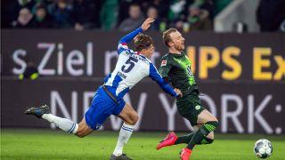 Niklas Stark (Hertha BSC) und Maximilian Arnold (VFL Wolfsburg) im Zweikampf (Bild: imago images / Tilo Wiedensohler)