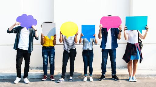 Young adult friends holding up copy space placard thought bubbles (Quelle: IStockPhoto)
