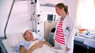 Kerstin Sorgatz, Assistenzärztin für Innere Medizin am Klinikum Ernst von Bergmann, Potsdam im Patientengespräch
