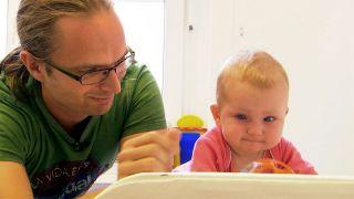 Kinderarzt Lars Geerdts untersucht in der Praxis in Forst ein Baby