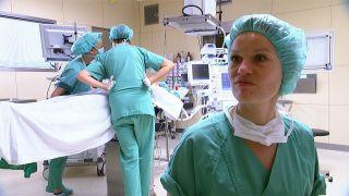 Melanie Metz führt eine Diagnose-OP durch