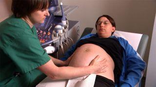Susen Schulze, Ärztin in Weiterbildung Gynäkologie und Geburtsmedizin an den Ruppiner Kliniken, untersucht eine Schwangere