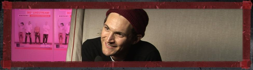 Gitarrist Josh Klinghoffer von den Red Hot Chili Peppers beim Interview 2 - (C) DOKfilm