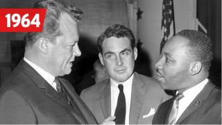 Willy Brandt (l), der regierende Bürgermeister von Berlin, trifft am 15.05.1964 in New York den Bürgerrechtler Dr. Martin Luther King (re), Quelle: dpa