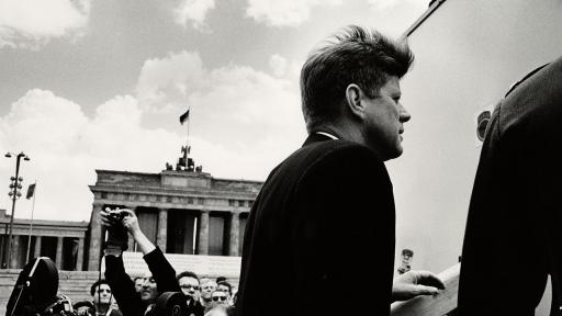 Präsident John F. Kennedy am Brandenburger Tor 1963 (Quelle: AP Photo/Will McBride-Camera Work, The Kennedy Museum)