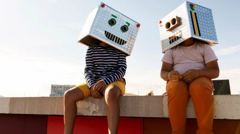 Friends wearing robot masks (Quelle: Imago Images/Weszend61)