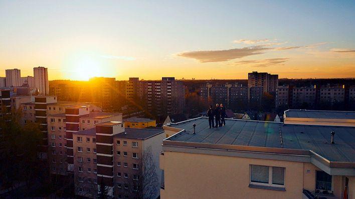 Schornsteinfegerin Jessica Baschin mit ihrem Team hoch oben in Gropiusstadt, Quelle: rbb/Thomas Lütz