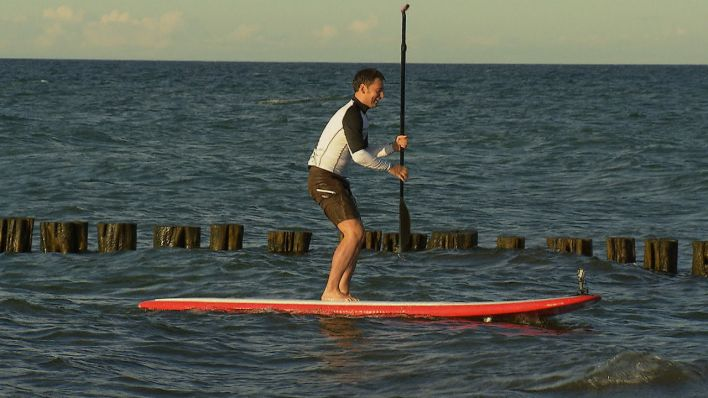 Sascha beim Stand-Up-Paddle in Zingst, Quelle: rbb