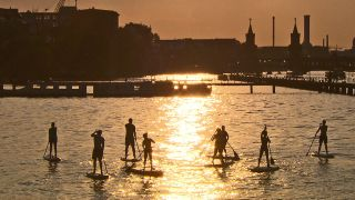 ie Skyline Berlins an der Spree in der Abendsonne. © rbb/Thomas Koppehele