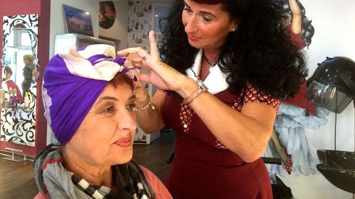 Carla bekommt Tuch auf den Kopf (Quelle: Ben Linse)