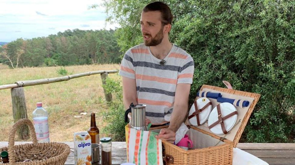Andreas packt den Picknick-Korb aus (Quelle: Martina Holling)