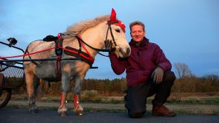 Michael Kessler mit Pony Kassandra; Quelle: Wieduwilt Film & TV Production