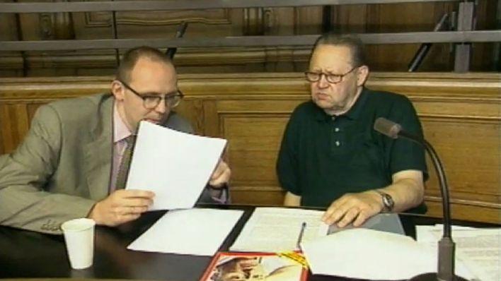 Schabowski mit seinem Anwalt. Quelle: https://www.rbb-onli-ne.de/content/dam/rbb/rbb/fernsehen/kontraste/ueber_den_tag_hinaus/2010/vor_dem_urteil__der.jpg.jpg/size=708x398.jpg