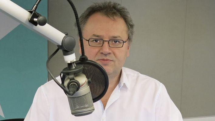 Jacek Tyblewski am Mikrofon; Bild: COSMO/WDR