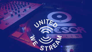 "Turntable im Club Treso4; Logo ""UnitedWeStream"" (Quelle: imago images/David Heerde/picture alliance)"