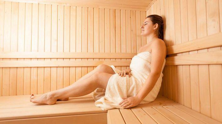 saunabesuch mit handtuch