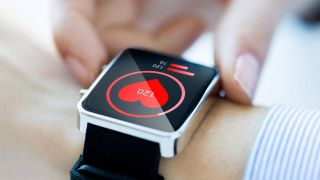 Smartwatch-Display zeigt Pulsmessung an (Bild: imago images/Panthermedia)