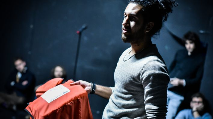 "Theaterszene aus ""Lesbos - Blackbox Europa"" (Quelle: DT Berlin/Foto: Arno Declair)"