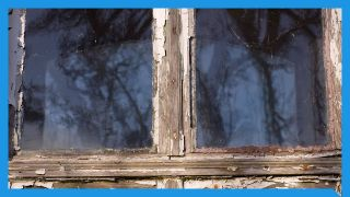 Ein altes Fenster mit altem Fensterkitt (Quelle: imago images/Panthermedia)