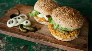 Zwei Burger mit veganen Patties (Quelle: imago images/imagebroker)
