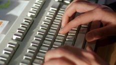 Hände schreiben auf einer Computertastatur (Quelle: dpa-Bildfunk)