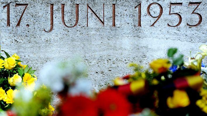 Kränze liegen am 17.06.2011 in Berlin an der Gedenkstätte für die Opfer des Volksaufstands in der DDR vom 17.06.1953 (Quelle: dpa)