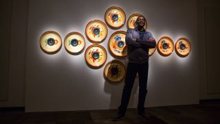 Emeka Ogboh bei einer Ausstellung im Smithsonian National Museum of African Art in Washington D.C. (Quelle: imago/ZUMA Press)