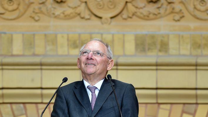 Bundesfinanzminister Wolfgang Schäuble (CDU) spricht am 20.09.2016 in Berlin zu den Gästen der Verleihung des Ludwig-Erhard-Preises. Der Preis wurde dieses Jahr Altkanzler Schröder für seine Verdienste um die Agenda 2010 verliehen (Quelle: Klaus-Dietmar Gabbert/dpa).