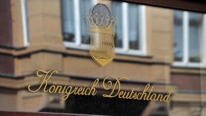 Schriftzug Königreich Deutschland auf der Schaufensterscheibe eines Ladengeschäftes (Quelle: imago/Klaus Martin Höfer)