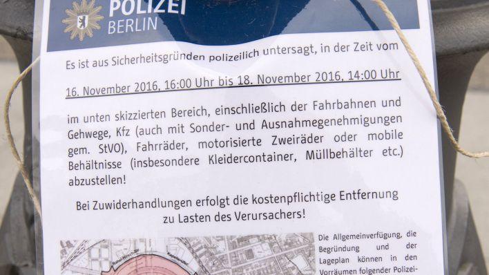 Hinweiszettell der Berliner Polizei vor dem Obama-Besuch (Quelle: dpa / Paul Zinken)