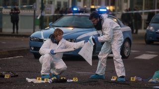 Italienische Kriminaltechniker sichern die Spuren nach dem Tod von Anis Amri bei Mailand (Quelle: imago/Sergio Pontoriero/IPA)