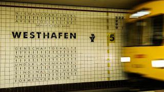 Eine U-Bahn fährt am 24.08.2014 in Berlin in den U-Bahnhof Westhafen. Das Gebäude wurde im Jahr 2000 nach den Plänen von Françoise Schein und Barbara Reiter im Rahmen des Projektes _INSCRIRE _ die Menschenrechte schreiben umgestaltet. (Quelle: Paul Zinken / dpa)