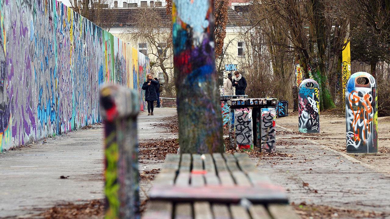mauerpark in prenzlauer berg joggerin mit ziegelstein. Black Bedroom Furniture Sets. Home Design Ideas