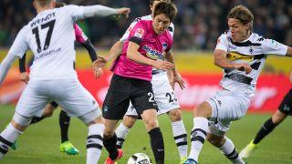Borussia Mönchengladbach - Hertha BSC, 27. Spieltag am 05.04.2017 im Borussia-Park in Mönchengladbach (Nordrhein-Westfalen). Gladbachs Jannik Vestergaard (r) und Berlins Genki Haraguchi kämpfen um den Ball. (Quelle: dpa/Becker)