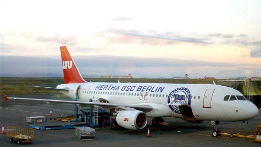 Ein Hertha-Flieger in Europa: Im Juni 2003 wurde auf dem Rollfeld des Flughafens von Reykjavik dieses Flugzeug gesichtet (Quelle: imago/Karo)